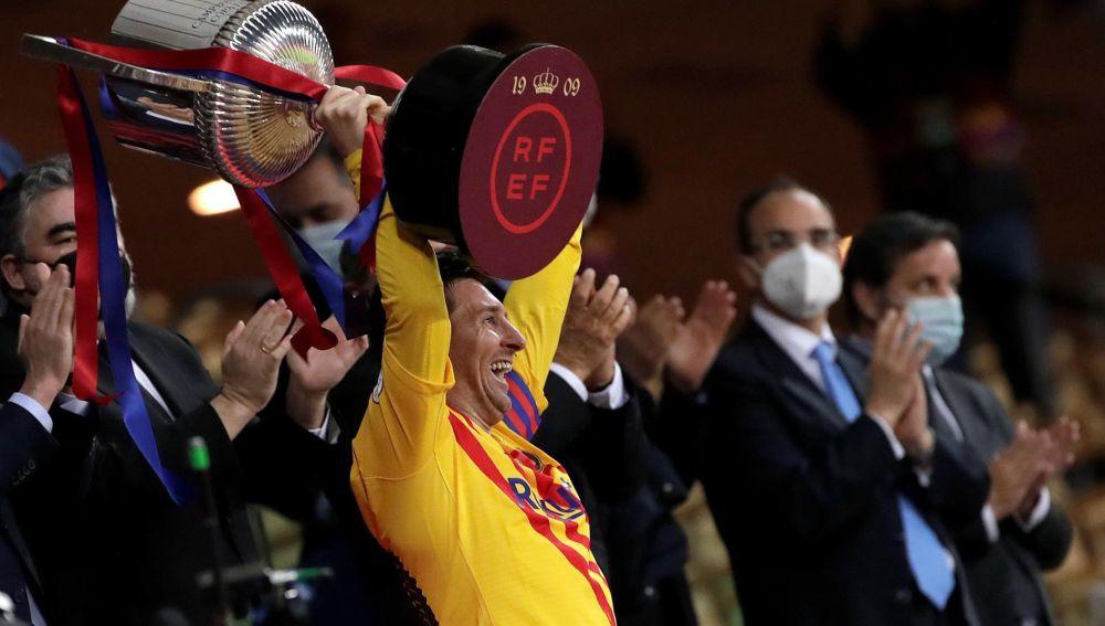 Messi levanta la Copa tras ganar la final al Athletic