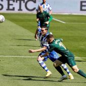 Lucas Pérez, delantero del Deportivo Alavés, y Javier Galán , centrocampista del Huesca, durante el partido correspondiente a la jornada 33 de Laliga Santander de fútbol disputado en el estadio Mendizorrotza de Vitoria.