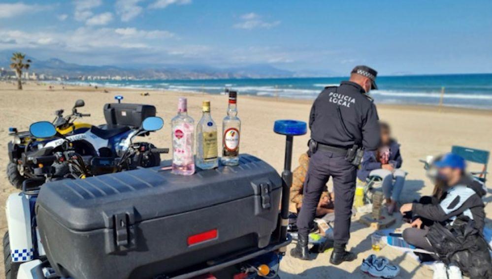 Intervención en un botellón en la playa
