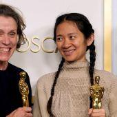 La actriz y productora Frances McDormand y la directora y productora Chloe Zhao