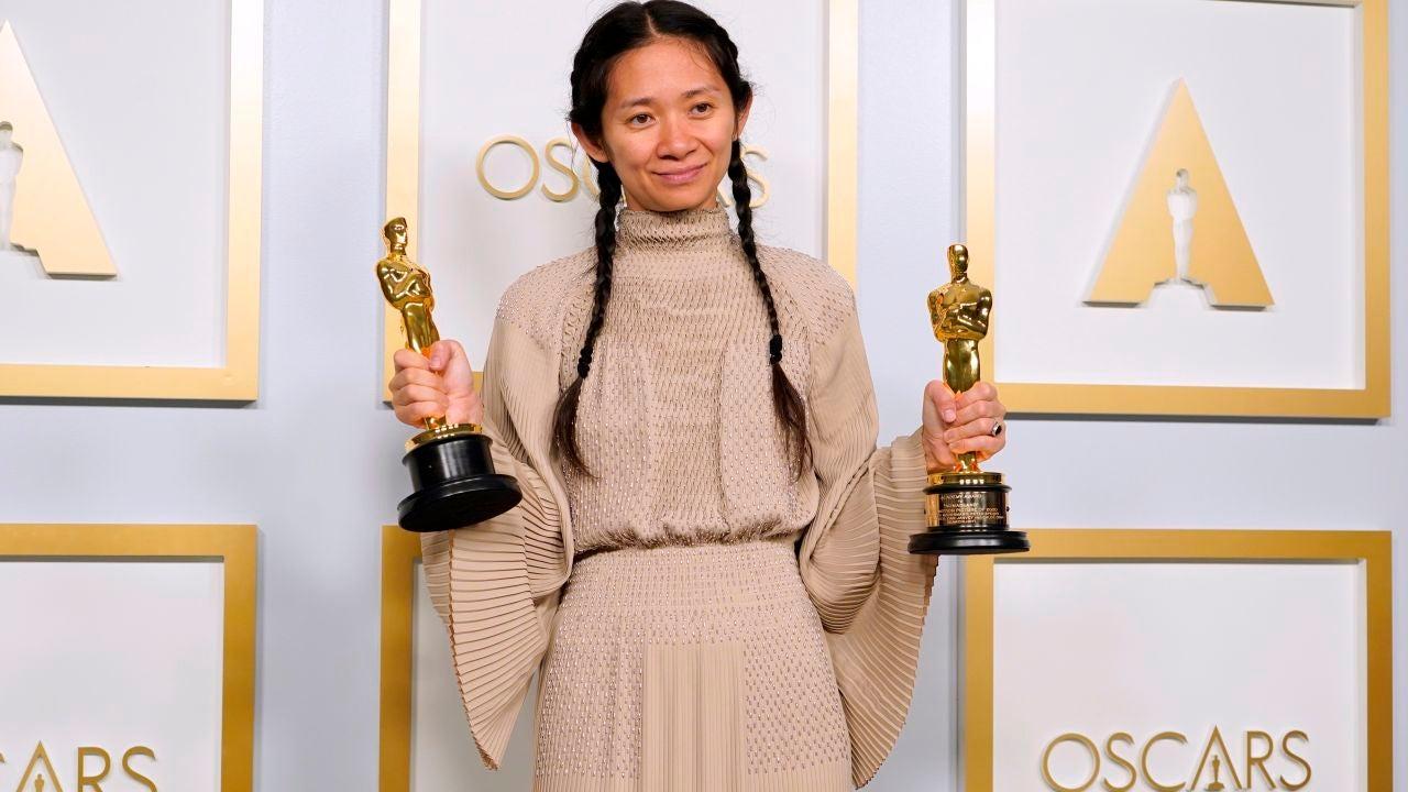 Chloé Zhao, directora de 'Nomadland', posando con dos premios Oscar