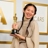 La directora Chloé Zhao sostiene el Oscar a la Mejor Dirección para 'Nomadland'
