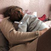 Bebé durmiendo con su madre