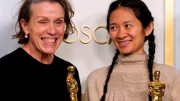 La actriz y productora Frances McDormand (i) y la directora y productora Chloe Zhao, durante la edición 93 de los premios de la Academia de Hollywood.