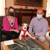 La alcaldesa de Teruel, Emma Buj, ha recibido hoy a Pipper y a su humano, el periodista donostiarra Pablo Muñoz Gabilondo