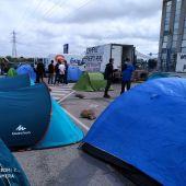 Acampada de trabajadores de Airbus en la puerta de la fábrica en Puerto Real