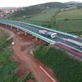 Comienza la prueba de carga en el viaducto de Valdeflores de la Ronda Sureste de Cáceres en la que se ultiman los trabajos para su puesta en servicio