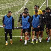 Un momento del lluvioso entrenamiento del Málaga esta mañana