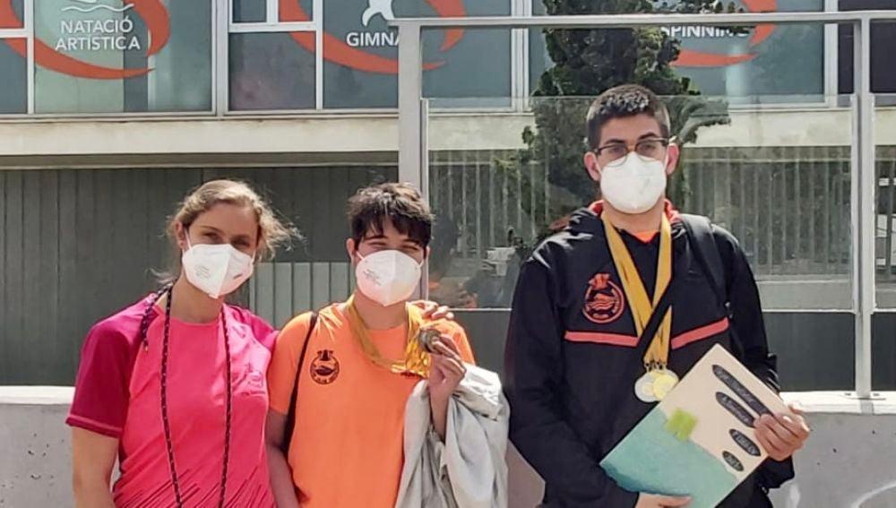 Tatiana Jiménez, entrenadora del Elche Club Natación; y los nadadores Ángela Rodríguez y Luis Paredes Marco.