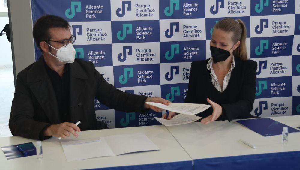 Andrés Antón y Olga Francés firman el acuerdo