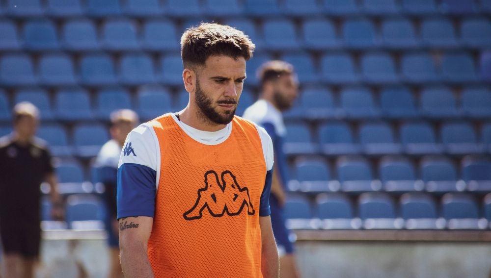 Raúl Ruiz, cabizbajo, en un entrenamiento con el Hércules.