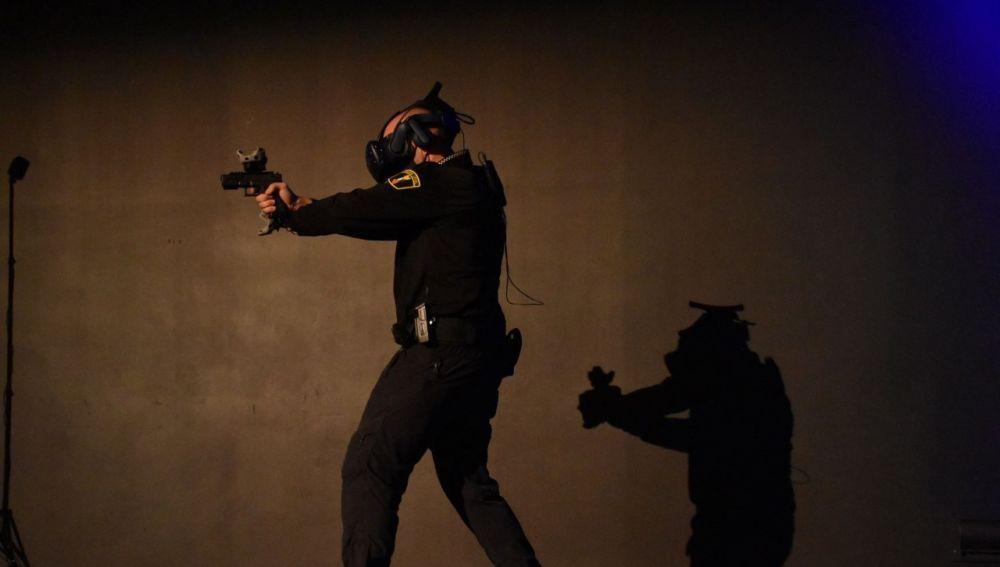 Agente de la Policía Local de Elche en una demostración del simulador.