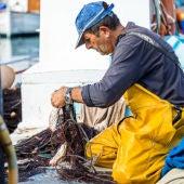 Un pescador se prepara para una jornada de pesca en Menorca.