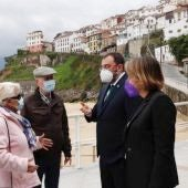 Adrián Barbón con la alcaldesa de Colunga, Sandra Cuesta