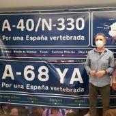 Pascual Jiménez y Enrique Marín junto a una de las pancartas reivindicativas