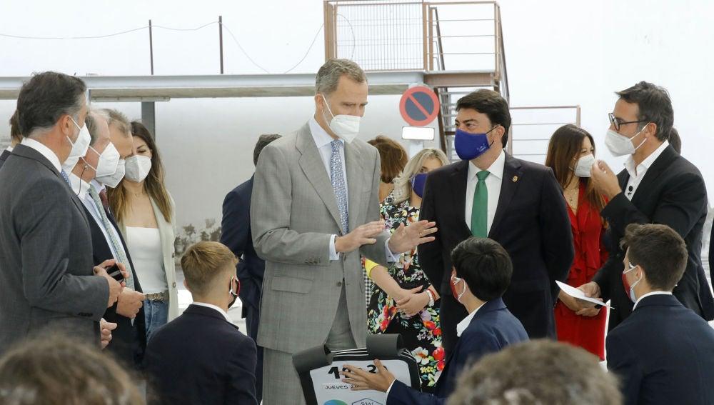 Felipe Vi conversa con un grupo de estudiantes