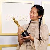 La directora de origen chino Chloé Zhao mira la estatuilla que le acredita como ganadora del Oscar a la Mejor Dirección por 'Nomadland'