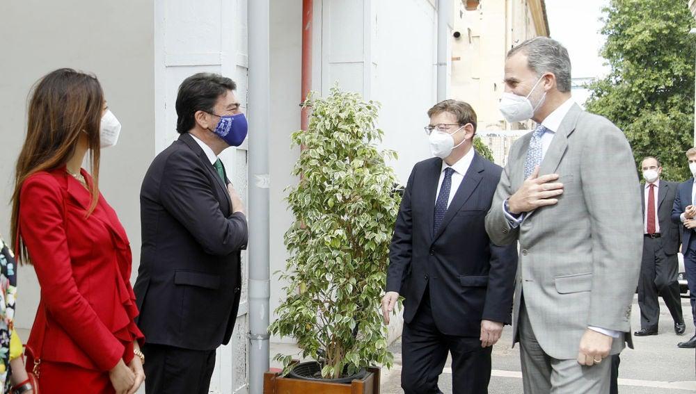 El rey saluda al alcalde de Alicante en compañía del presidente de la Generalitat y de la consellera de Innovación