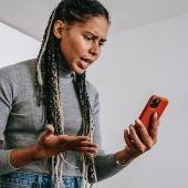 Mujer enfadada mirando el teléfono