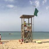 Varios socorristas vigilando una de las playas del litoral de Palma.