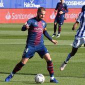El defensa de la SD Huesca Jorge Pulido controla el balón junto al sueco Alexander Isak, de la Real Sociedad