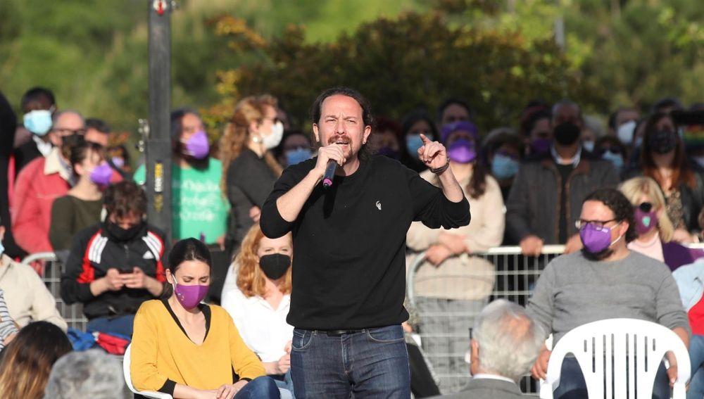 """Pablo Iglesias acusa al PP de """"normalizar"""" el fascismo y """"comprar"""" diputados en su cierre de campaña"""