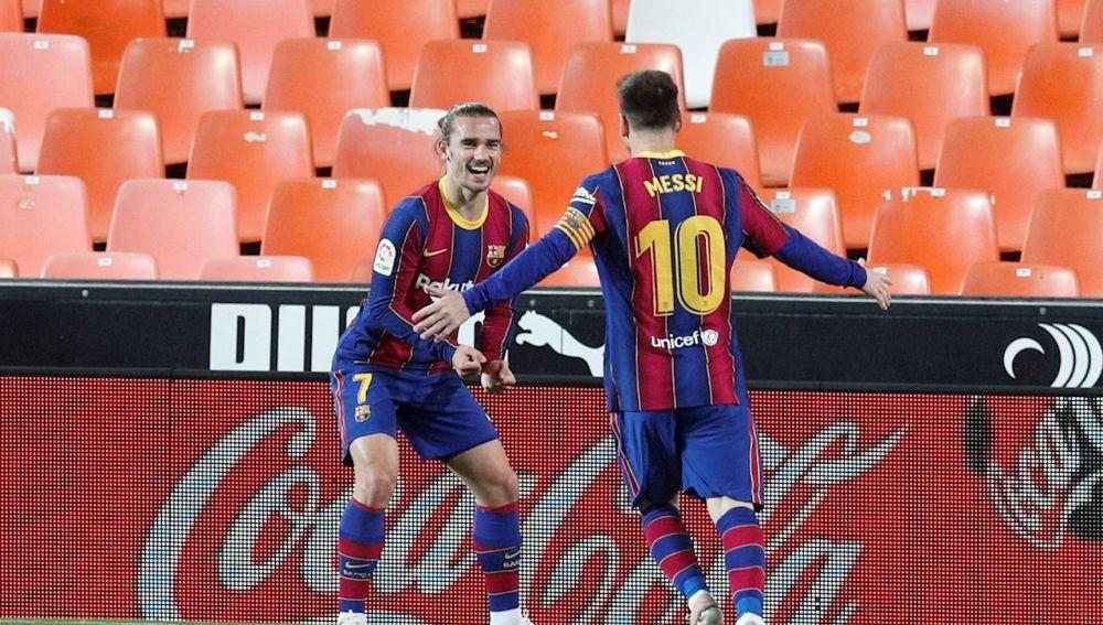 El jugador del FC Barcelona, Leo Messi felicita a su compañero Griezmann tras marcar el segundo gol al Valencia CF