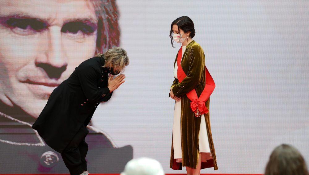 """Nacho Cano devuelve a Ayuso la medalla de la cultura: """"Te la mereces tú por ser tan valiente y tan buena presidenta"""""""