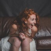 Una mujer se ríe