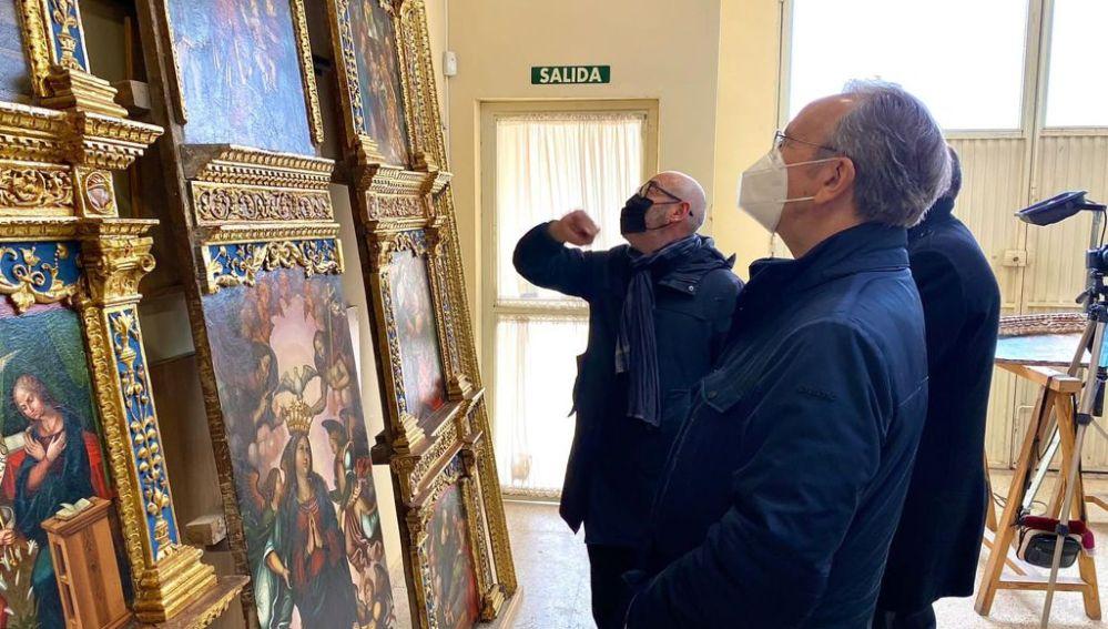 El presidente de Globalcaja, Carlos de la Sierra, durante la visita al taller de restauración para conocer el retablo