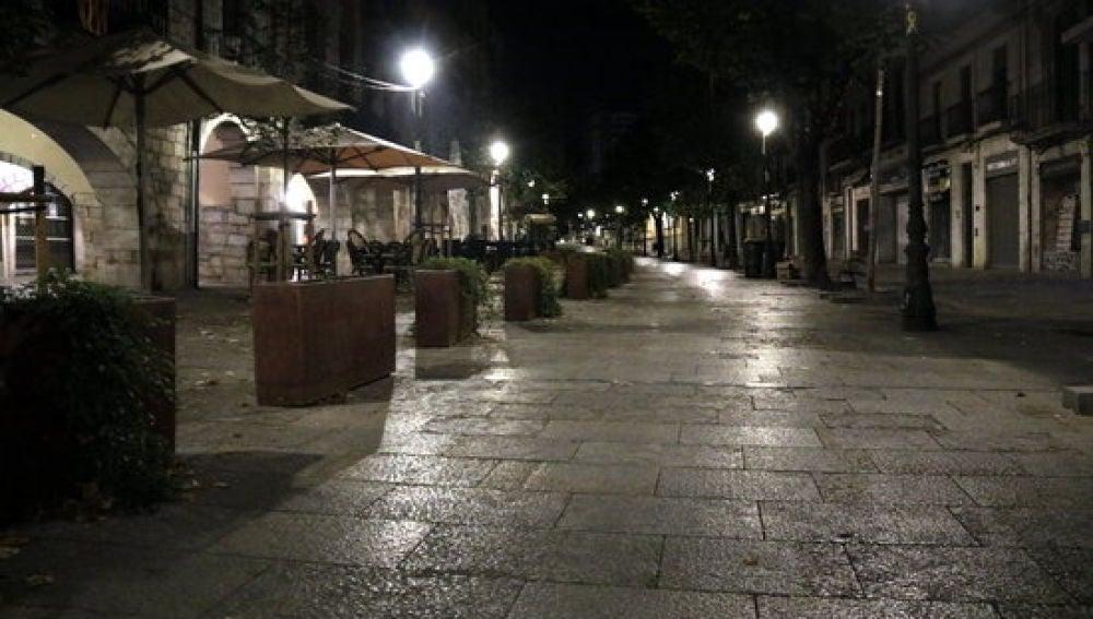 La Rambla de Girona, vacía por el toque de queda