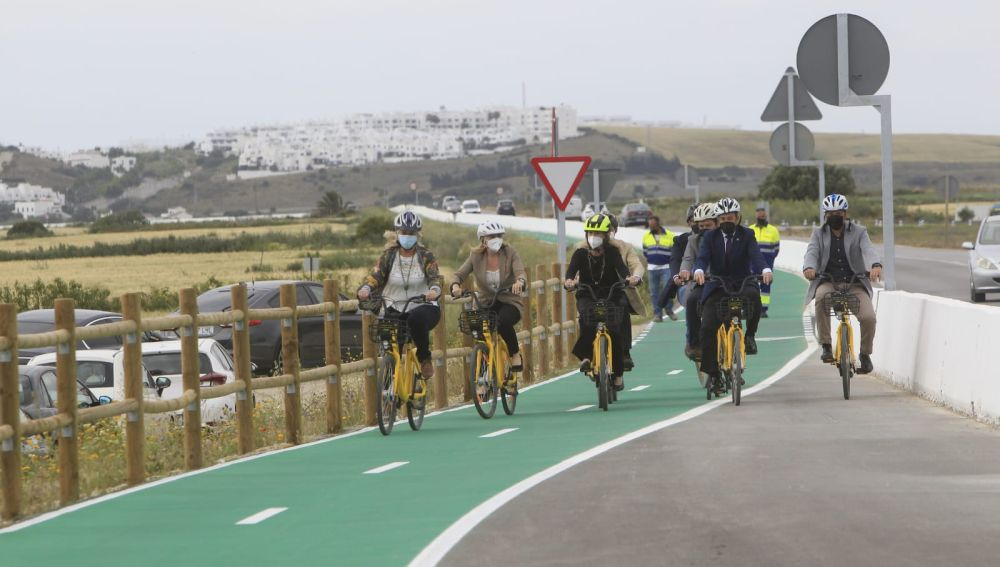 Ciclistas estrenando el carril de Conil a Caños de Meca