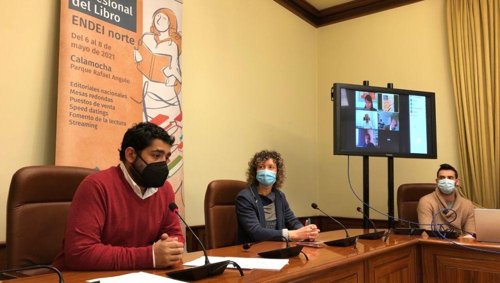 El diputado Diego Piñeriro y la concejal de cultura de Calamocha, Maite Beltrán, en la presentación del evento