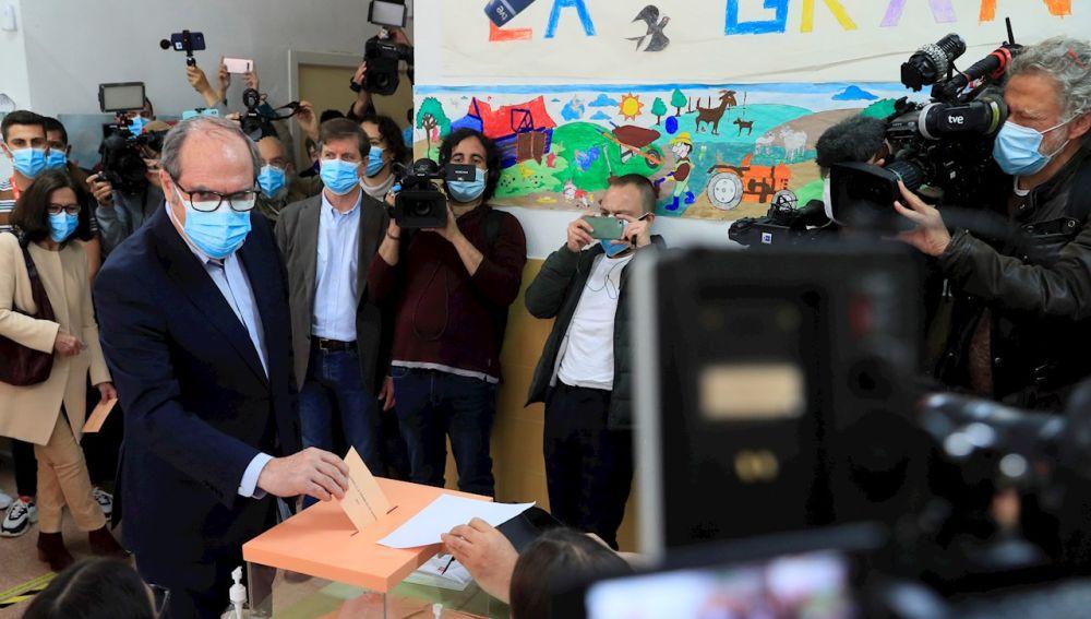 El candidato del PSOE, Ángel Gabilondo, ejerce su derecho al voto en el colegio Joaquín Turina en Madrid
