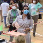 Rocío Monasterio, candidata de VOX, vota en el Colegio San Agustín de Madrid