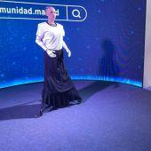 La periodista de Onda Cero Eva Llamazares charlando con el robot Sophia