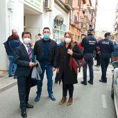 Iván Carpi (en el medio) en su visita al local donde se realiza la vacunación masiva en Huesca