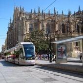 El tranvía llegando a la parada de Avenida de la Constitución