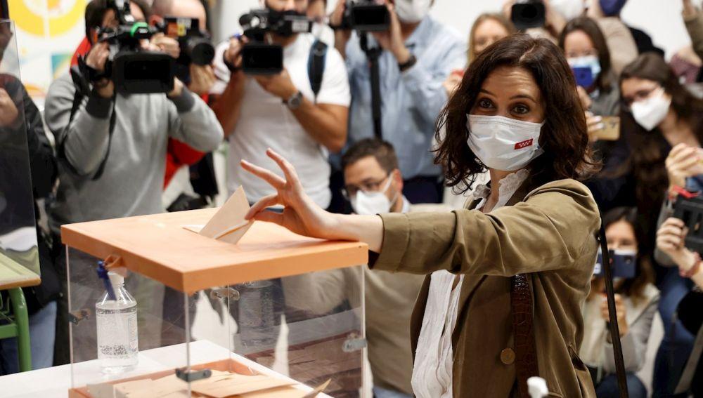Isabel Díaz Ayuso, candidata del PP, en el momento de depositar su voto