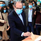 Ángel Gabilondo, candidato del PSOE, vota en el colegio Joaquín Turina en Madrid