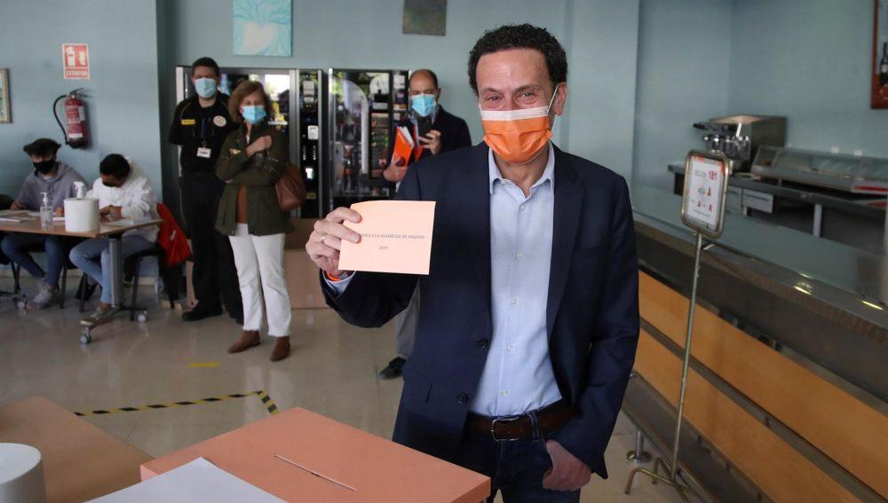Edmundo Bal, candidato de Ciudadanos, en el momento de ejercer su derecho al voto