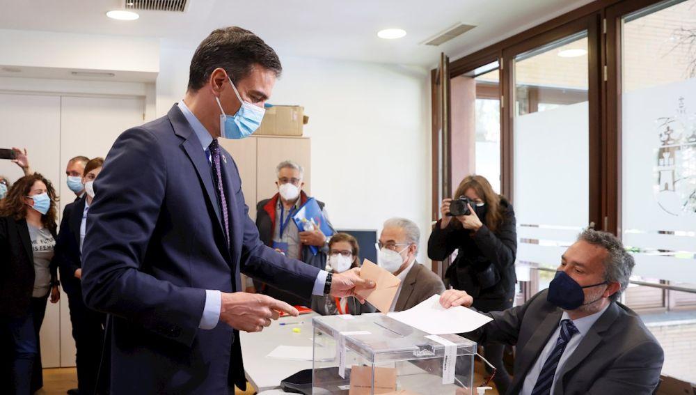 El presidente del Gobierno, Pedro Sánchez vota en las elecciones autonómicas en el Centro Cultural Volturno de Pozuelo de Alarcón