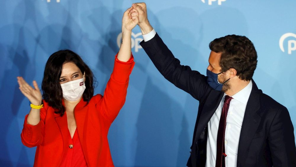Pablo Casado junto a Isabel Díaz Ayuso tras la victoria electoral