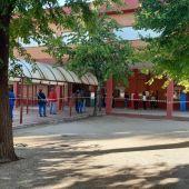Gente esperando a las puertas de un colegio electoral en Alcalá de Henares