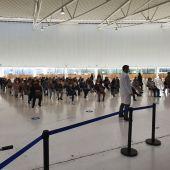 Personas esperando para vacunarse hoy en ExpoCoruña
