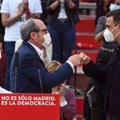 Ángel Gabilondo y Pedro Sánchez, durante el acto de cierre de campaña