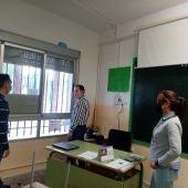 El Ayuntamiento colabora con las AMPAS e instala mosquiteras en los centros escolares
