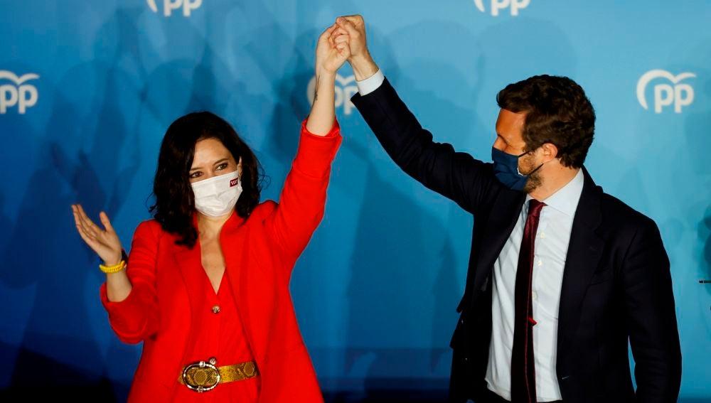 Isabel Díaz Ayuso, acompañada por Pablo Casado tras las elecciones del 4M.
