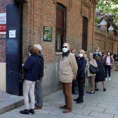 Largas colas en las entradas a los colegios electorales de la Comunidad de Madrid