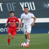 Quezada conduce un balón en el partido de ida contra El Ejido